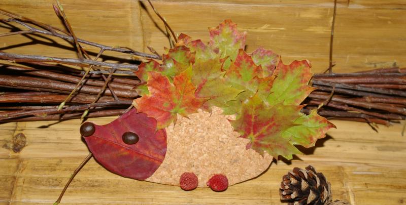 """Joli """" hérisson """" réalisé avec des feuilles aux couleurs de l'automne .."""