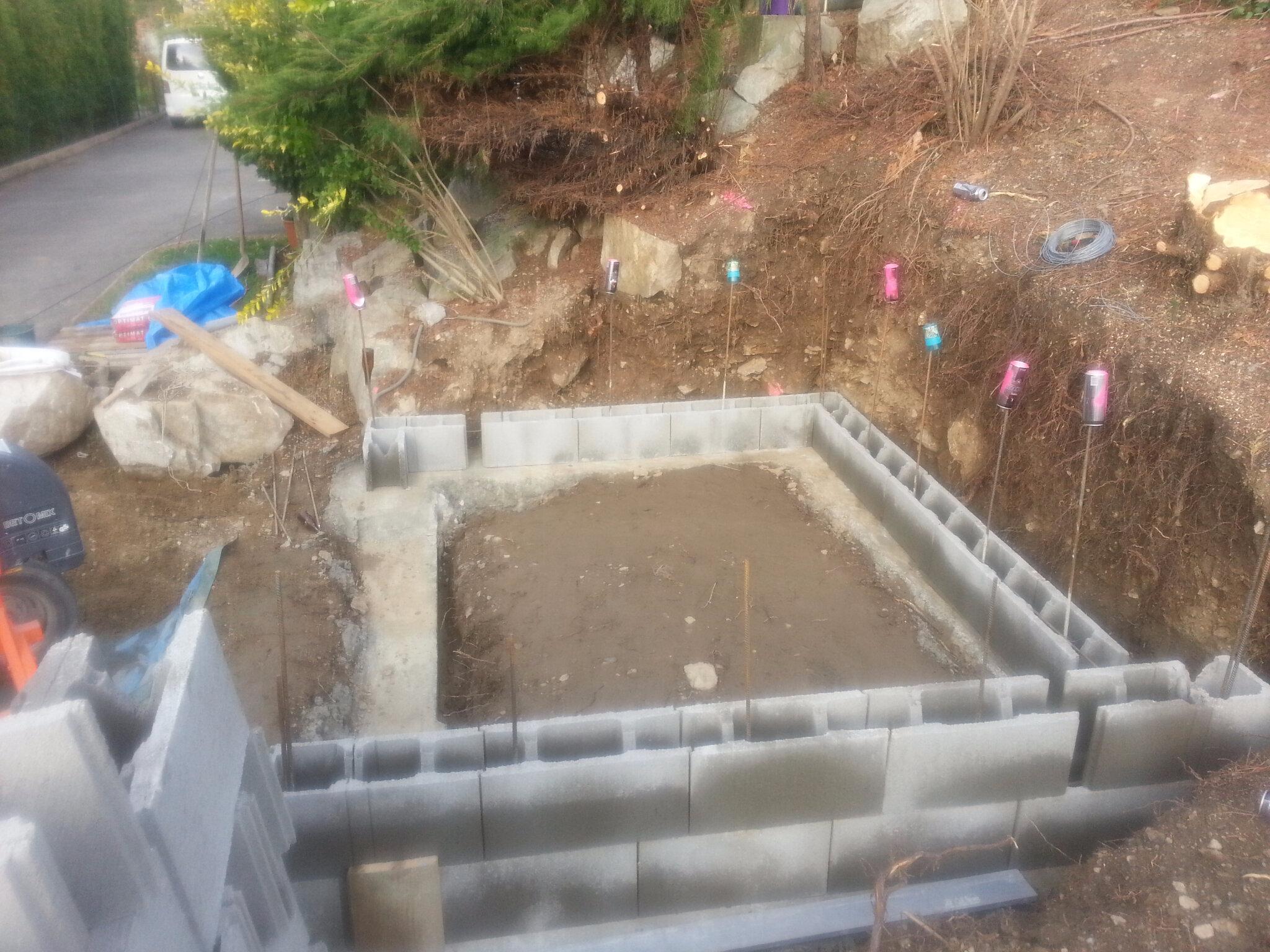 Terrassement local technique piscine coque polyester for Local piscine rocher