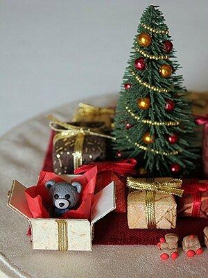 détail-sapin-de-Noël-et-ses-cadeaux-2