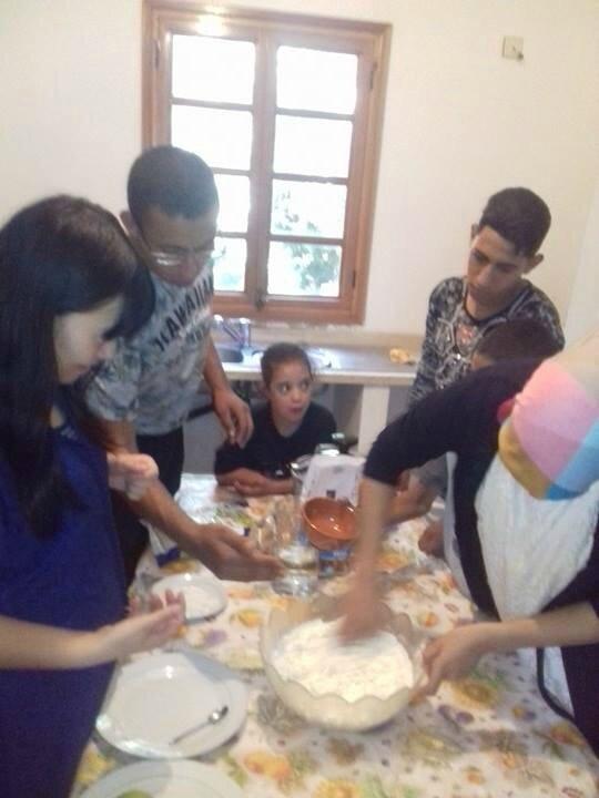 Farah prépare une pâte sous des yeux attentifs