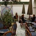 Boire un thé à la menthe dans la Grande Mosquée de Paris.