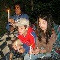 Jocelyn, Nacho y Cony con sus velas al momento de la oración de la noche