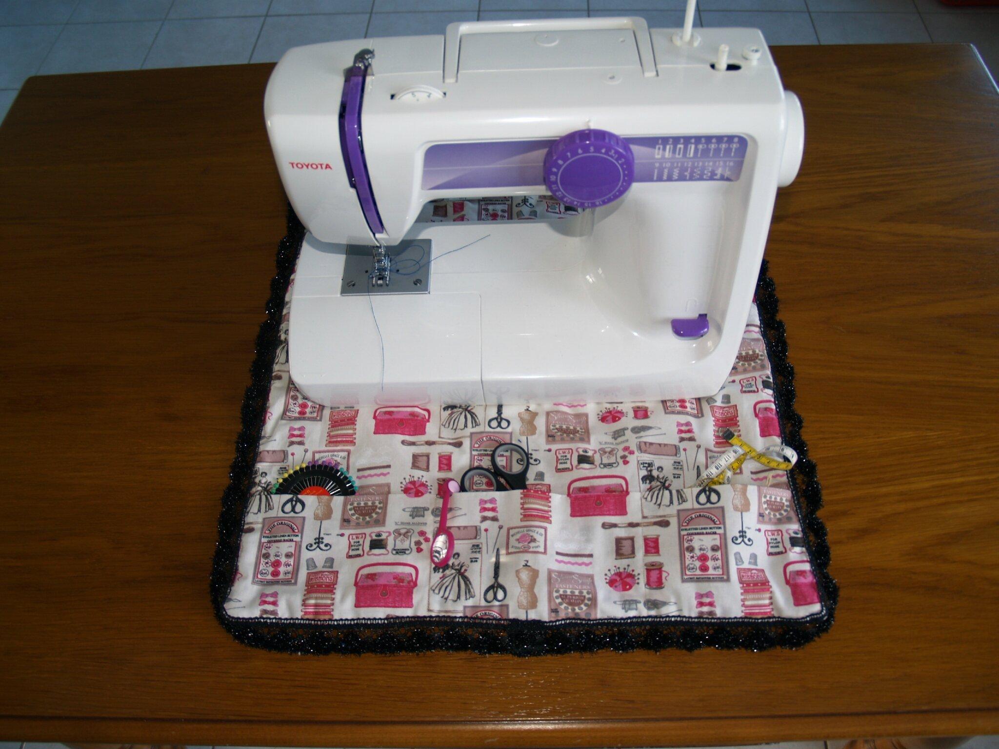 tapis pour machine coudre un caribou travaille. Black Bedroom Furniture Sets. Home Design Ideas
