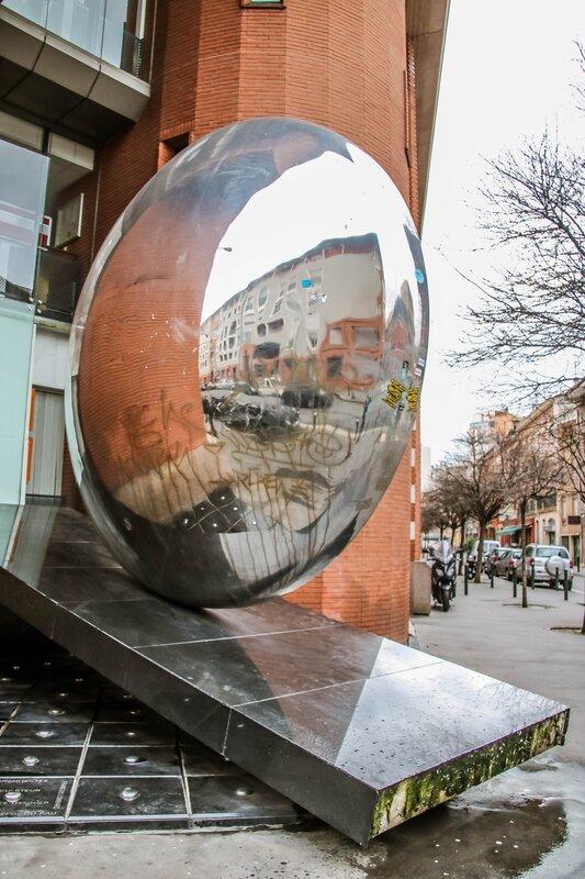 Reflets sur une sculpture rue de l'Industrie