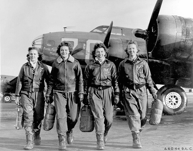 766px-Group_of_Women_Airforce_Service_Pilots_and_B-17_Flying_Fortress