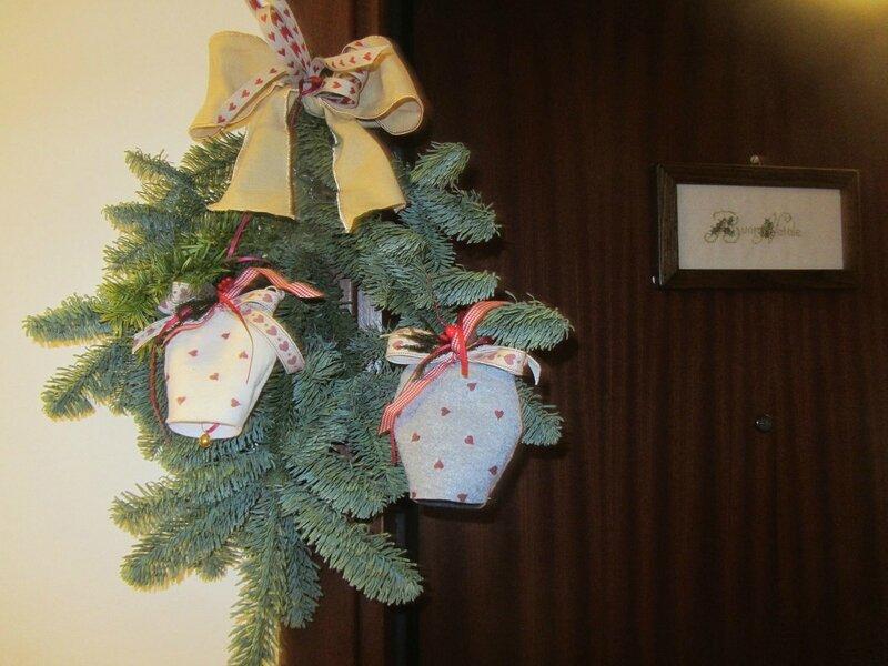Ricamo natalizio ricamiamo insieme con rosanna for Decorazioni porta ingresso