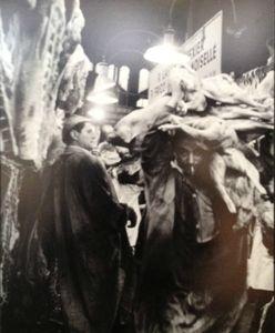 19 Paris la nuit, chroniques nocturnes - Pavillon de l'Arenal, ParisLes forts des Halles dans le pavillon de la viande, Robert Doisneau