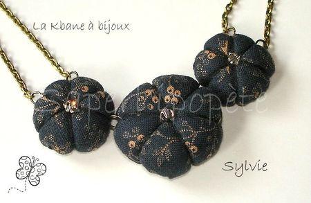 collier 3 potirons tissu fond noir fleurs dorées détail2