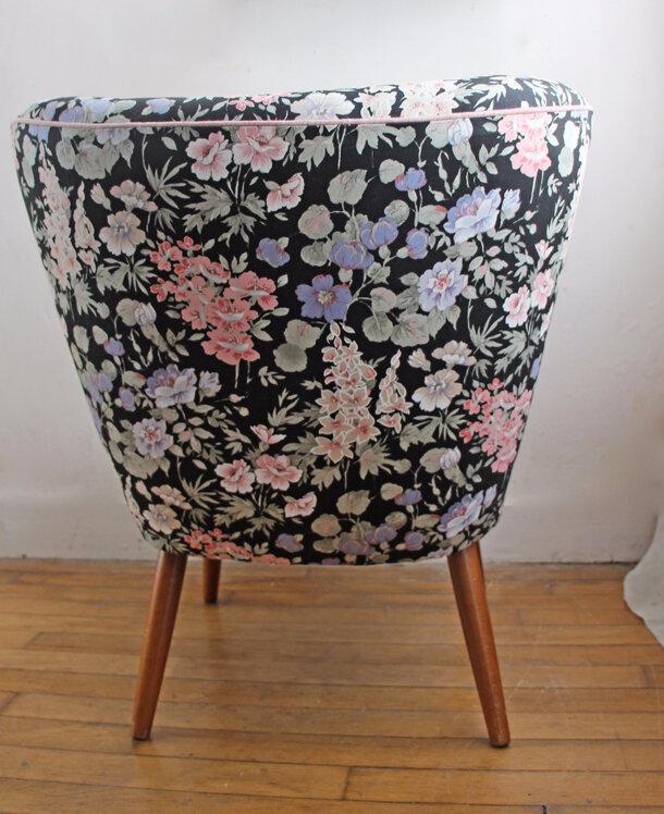 fauteuil-cocktail-fond-noir-fleurs-dos