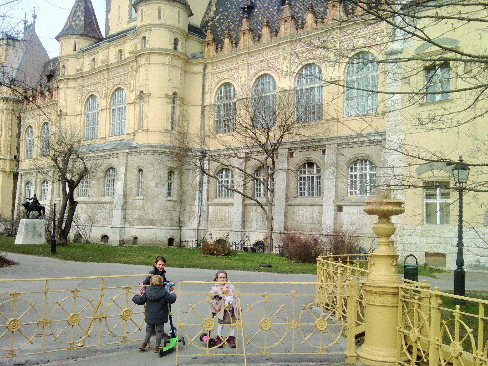 Promenade avec les enfants dans le Varosliget