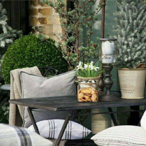 deco-originale-terrasse-hiver-balcon-table-bois-plante-hiver-fleur-resistant-idee-deco-design