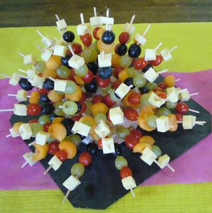 Brochettes aperitives caevenement - Presentation de brochette de fruits ...