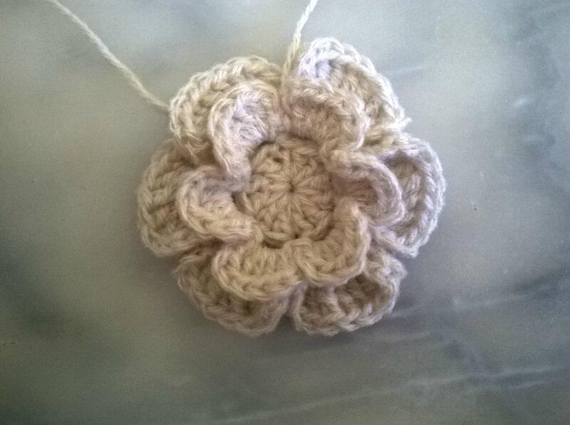 Grosse fleur - déco écharpe à la tresse (18)