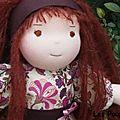 Margot (adoptée) poupée à la peau rose claire,
