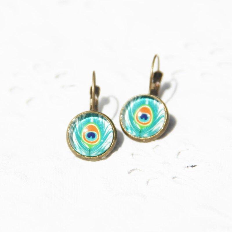 jacquie 17 petites boucles d'oreille dormeuses cabochon plume de paon vertes bijoux colorés louise indigo (4)