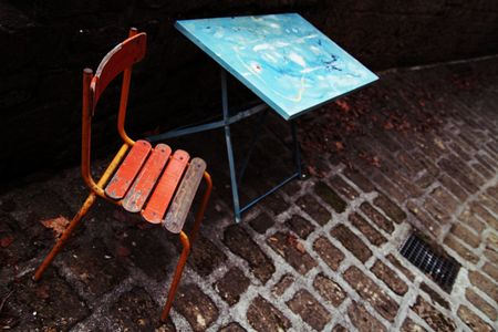 Chaise_rouge_table_bleue