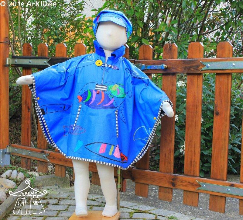 Poncho de pluie avec casquette portée et capuche rentrée