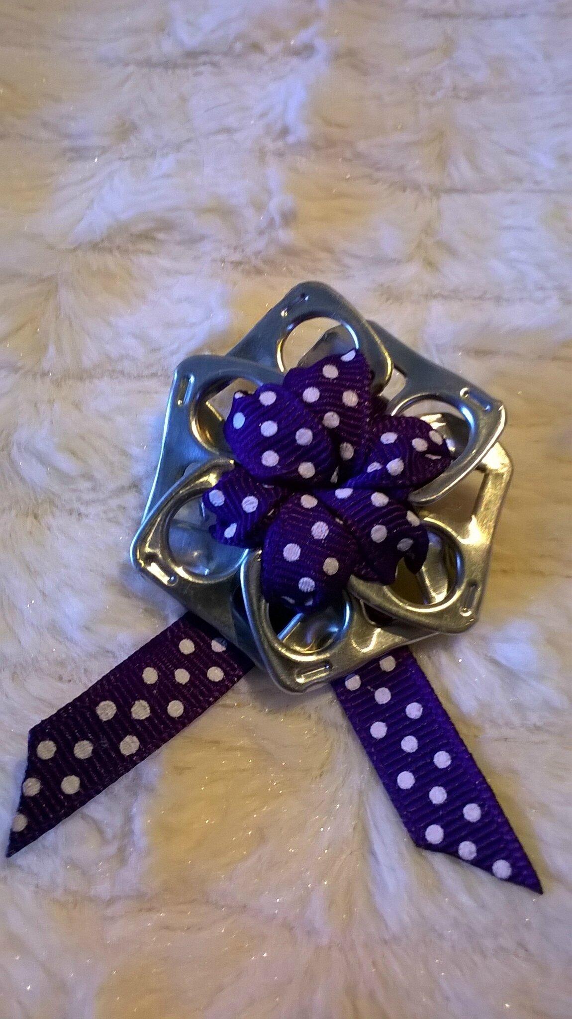 broche ruban violet petits poids blancs
