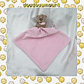 Doudou peluche ours assis marron mouchoir rose george clothing