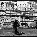 Galway : busker in front of an artistic wall / un chanteur de rue devant un mur artistique