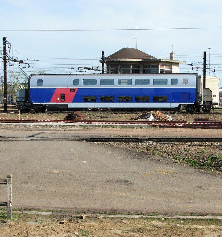 Caisses de TGV Duplex ésseulée sur une voie de garage à St Pierre