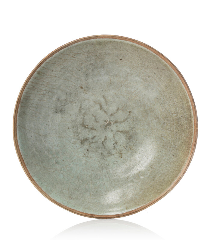 A Song dynasty light crackle glaze dish, Song dynasty (960-1279)