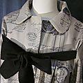 Manteau AGLAE en toile de coton beige imprimé noir femé par un noeud de lin noir (5)