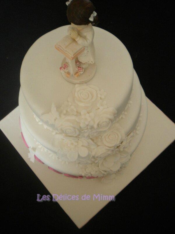 Un gâteau de communion tout blanc en pâte à sucre 10