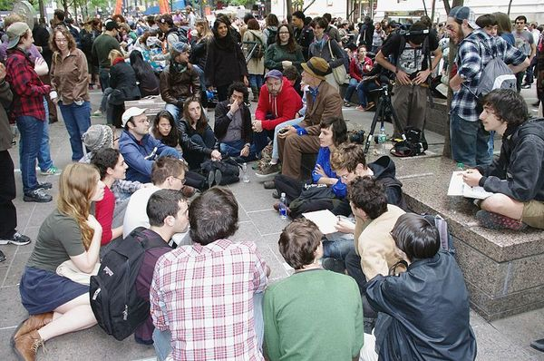800px_Occupy_Wall_Street_Group_Discussion_2011_Shankbone