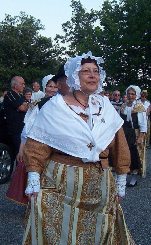 Costume de bastidanne fichu blanc brodé.