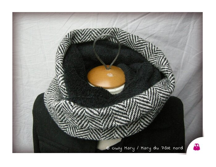 DSCN9548-snood-double-owly-mary-du-pole-nord-laine-chevron-noir-blanc-ecru-lainage-nadia--polaire-doudou-double-chaud-fait-main