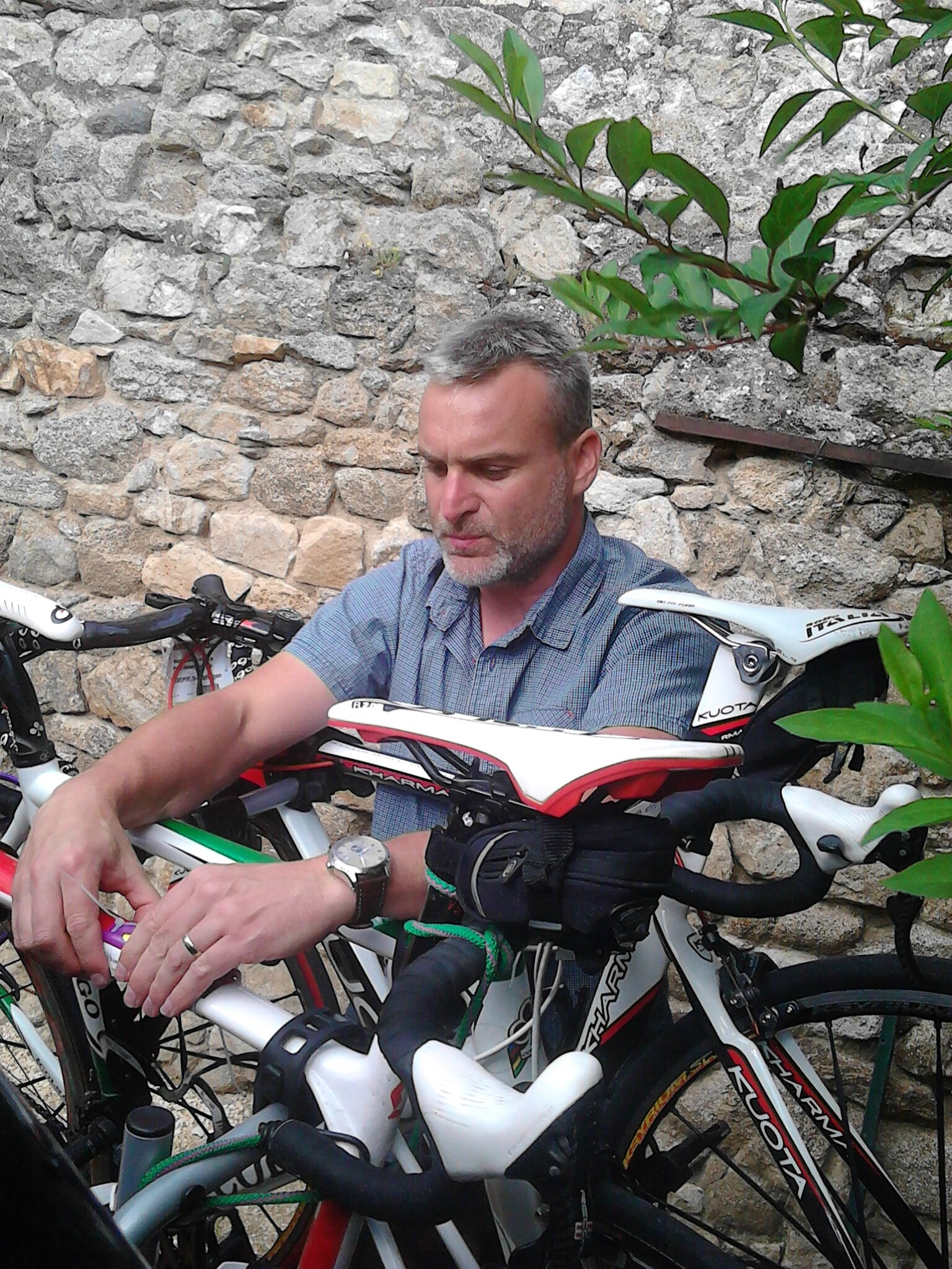 Laurent concentré pour fixer sa plaque
