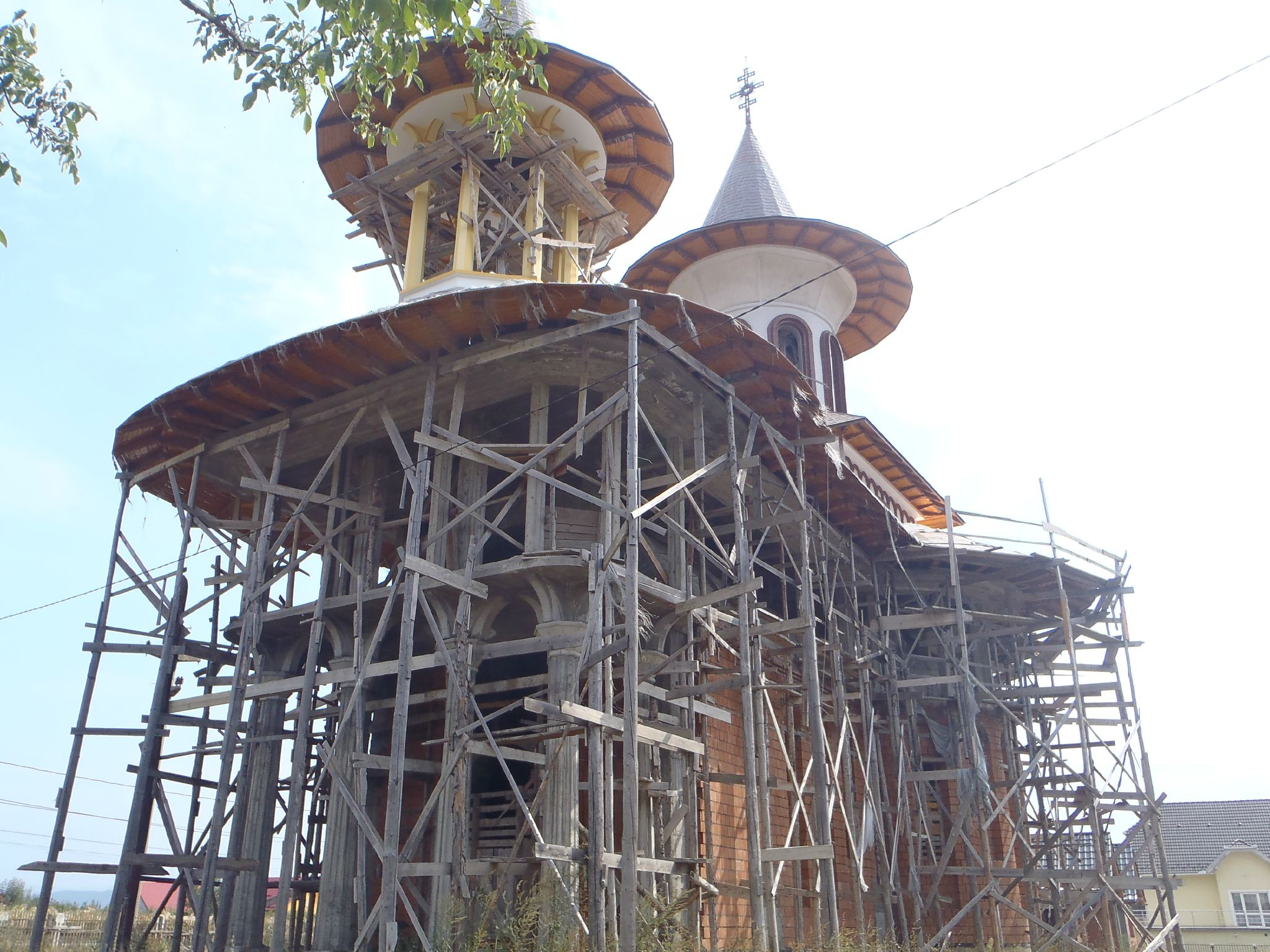 roumanie - restauration d'une eglise orthodoxe encore un echaffaudage local