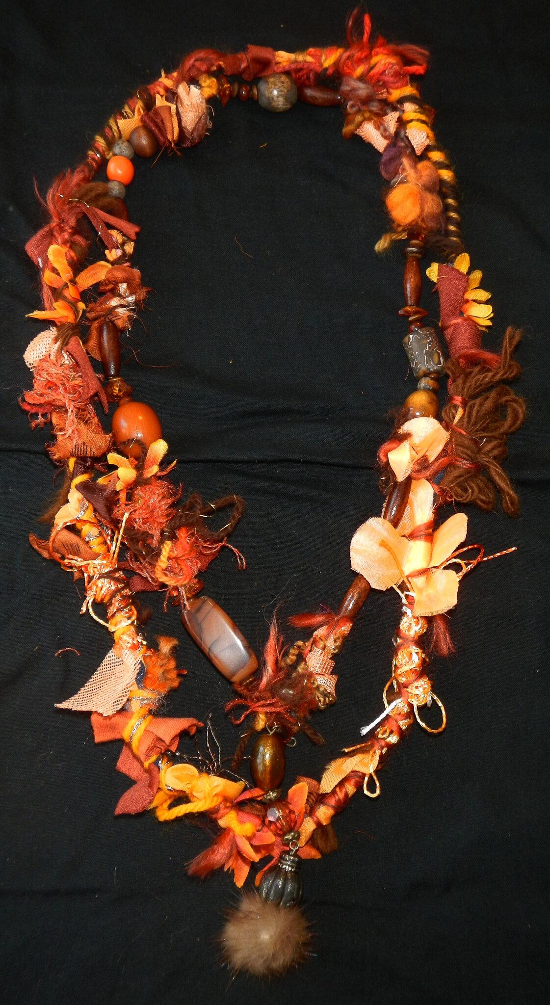 collier orange chiffonettes et pompoms de fourrure