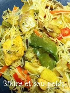 Wok mix de poisson et nouilles de riz gros plan
