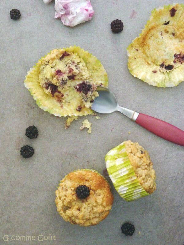 Muffins aux mûres recouverts de streusel à la cannelle