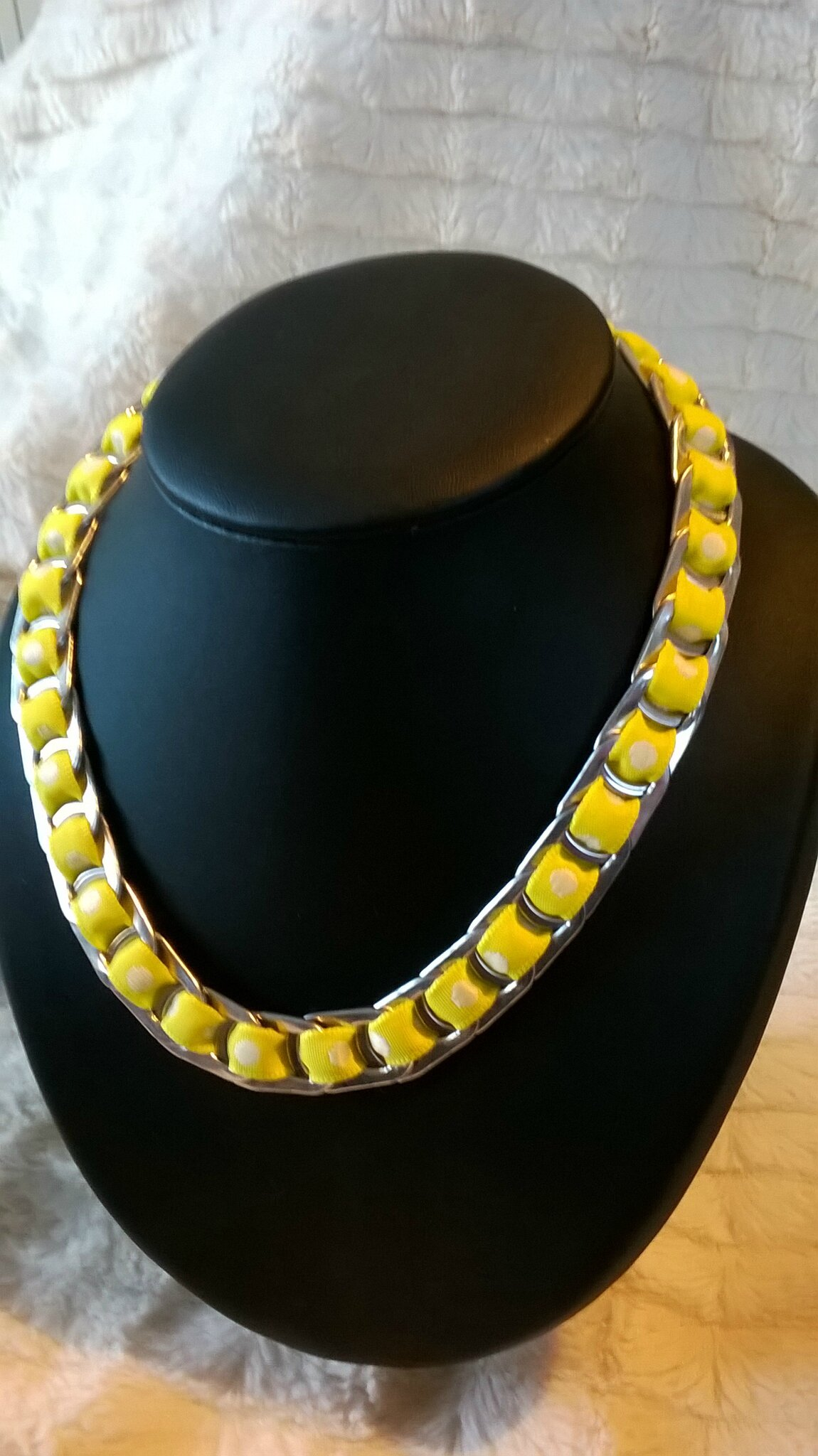 collier ruban jaune gros poids blancs