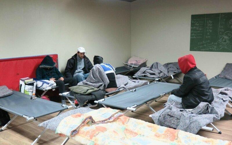 Chelles, ce mardi soir. La Croix-Rouge française a ouvert un accueil d'urgence de 19 lits dans le local du stade d'athlétisme Pierre-Duport, mis à disposition par la municipalité. LP/Hendrik Delaire