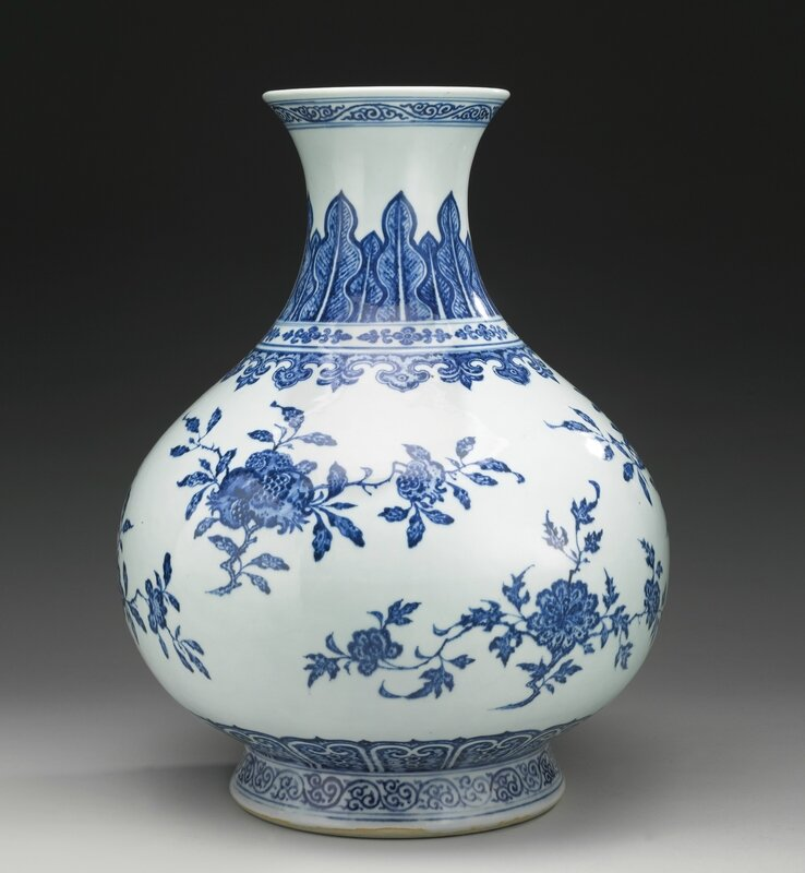 A large Ming-style blue and white vase, Qing dynasty, 18th century