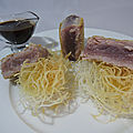 Thon mi-cuit au sésame, sauce à l'orange et vermicelles frits