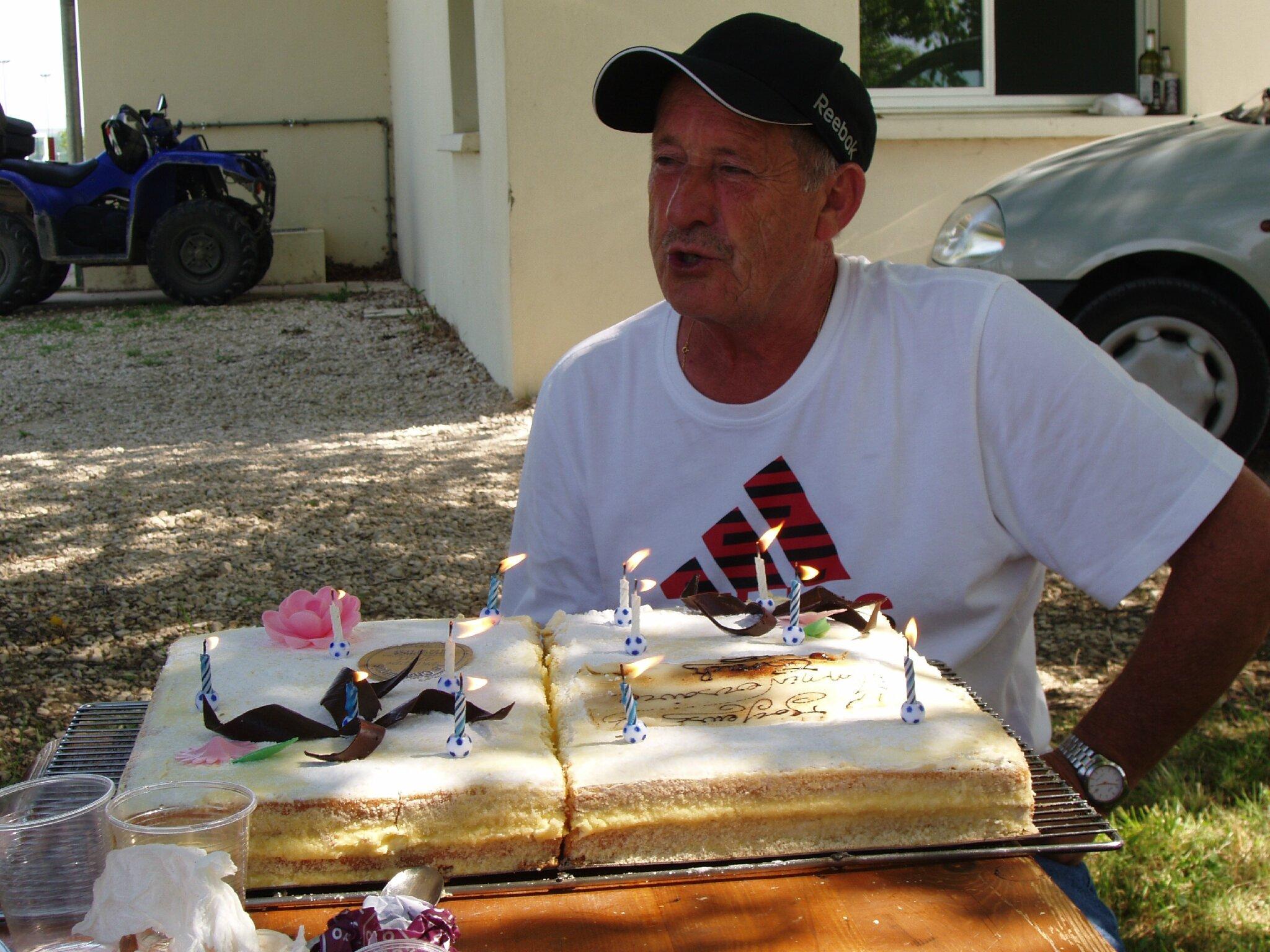 Hervé se dit que les bougies commencent à coûter plus cher que le gâteau... humour, évidement!!!