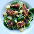 Salade de blé aux pommes, pignons de pin et dés de poulet caramélisés au miel