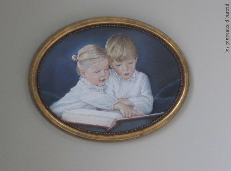 pastel ovale enfants livre portrait fond bleu cadre doré