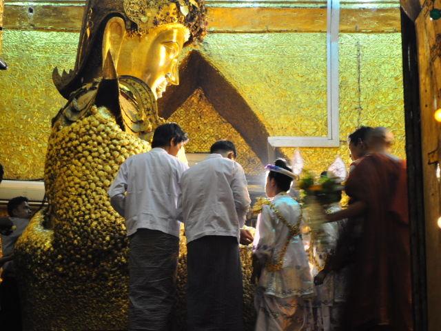 Bouddha plein de feuilles d'or