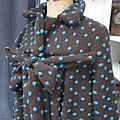 Manteau AGLAE en maille lainage chocolat à pois turquoise fermé par un noeud (4)