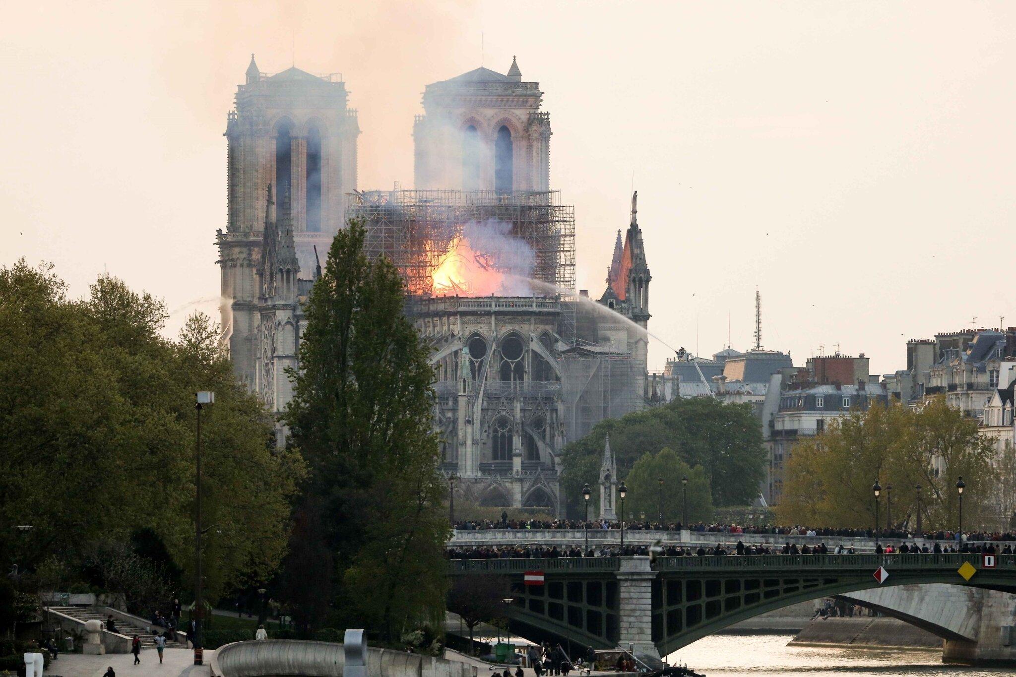 Incendie de Notre-Dame de Paris : la France pleure sa cathédrale. © Michel Stoupak. Lun 15.04.2019, 19h30m26.