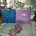 Coussins au crochet motifs etoiles, coeur et ruban