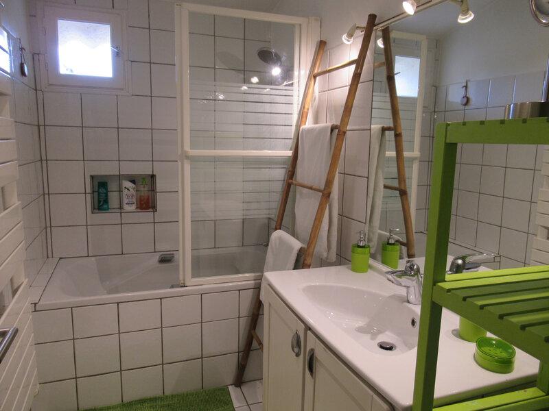 21 - Salle de bain sur le palier desservant les chambres