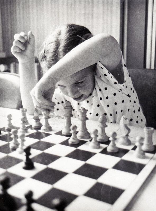 GB 3 Jeune joueuse d'échecs à Solesmes vers 1992