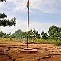 DSC_0047cour avec drapeau ecole de zandkom